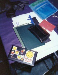Das waren die wichtigsten Dinge, die ich mitnahm: Das Zugticket lugt unter meinem Brustbeutel raus, Pass und Portemonnaie durften nicht fehlen - natürlich. Ich verfügte damals schon über ein elektronisches Notizbuch, vor allem für die Adressen meiner Freunde