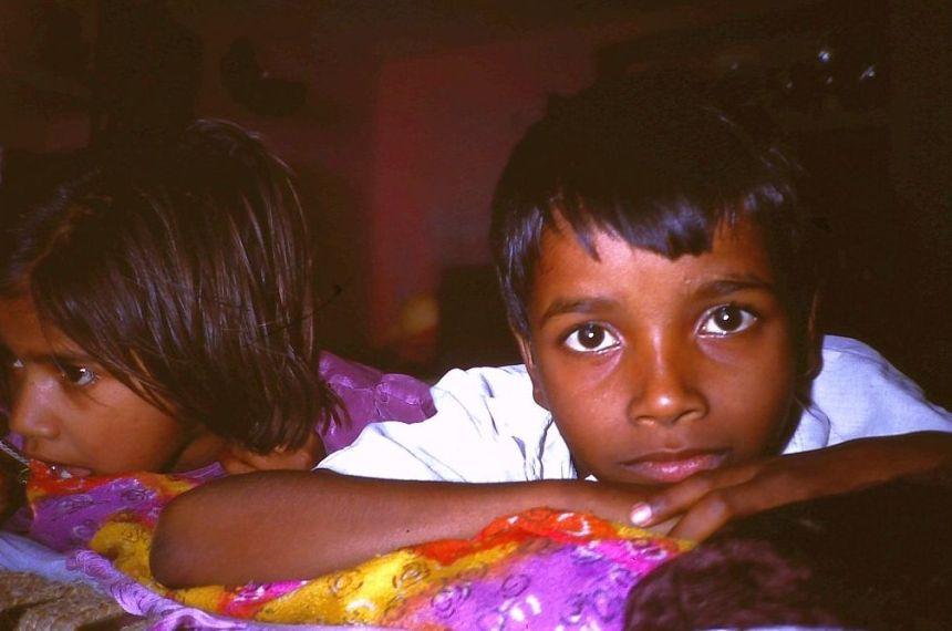 Nachdenklich und neugierige Blicke der Kinder