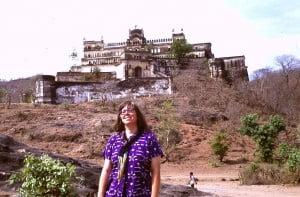 Ulrike vor dem Rajgarh Palast