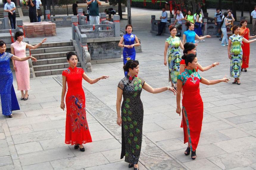 Voller Grazie und eleganz bewegten sich die Damen würdevoll in ihren schönen Qipao genannten Kleidern.