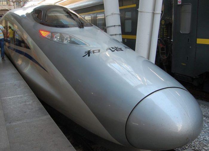 Das ist dann der hochmoderne Schnellzug aus der japanischen Baureihe