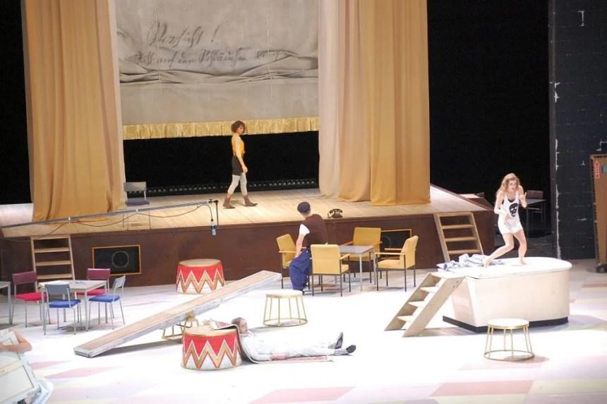 Das Bühnenbild zur Oper Lulu von Alban Berg ist ein wenig verwirrend