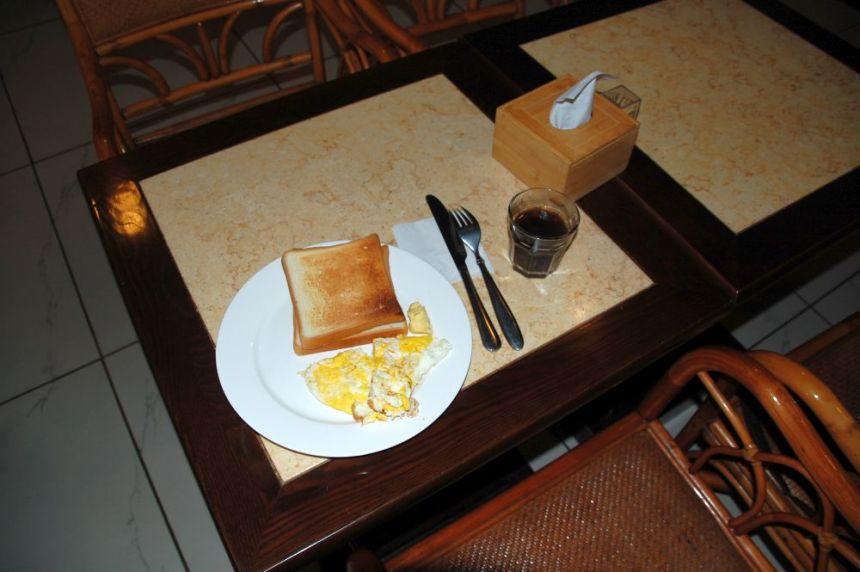 Spiegeleier und Toast: das Western Breakfast