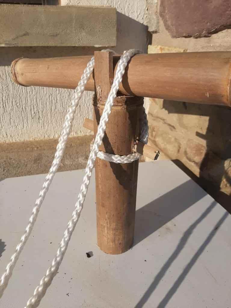 Faire un noeud de raccord pour maintenir les 2 tronçons bambous