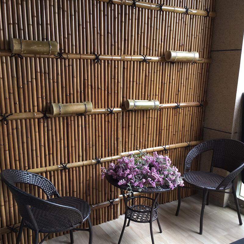 Cloison avec des tiges de bambou sec
