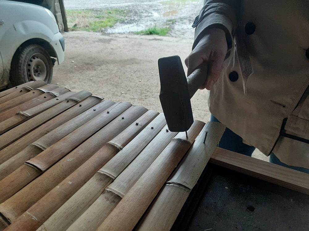 Clouer les lamelles sur les planchettes en bois