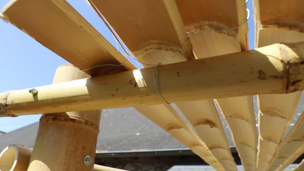 Fixer les lamelles du toit de la pergola
