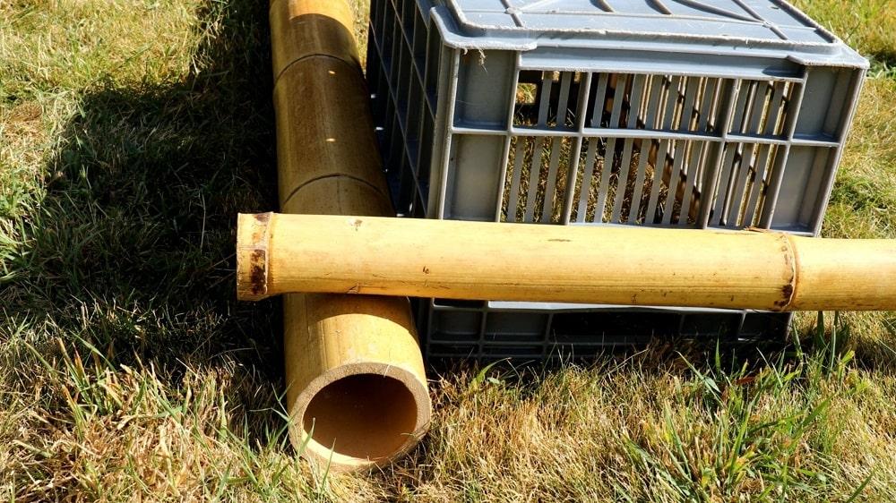 Utiliser une caisse pour faire l'angle droit entre les bambous