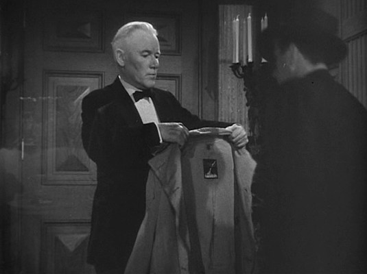 Norris would be far more helpful if he would tell us who manufactured Marlowe's trench coat.