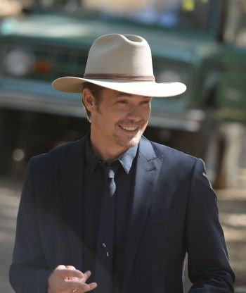 "Timothy Olyphant as Deputy U.S. Marshal Raylan Givens on Justified (Episode 6.02: ""Cash Game"", 2015)"