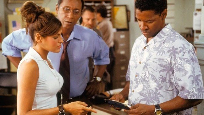 Production photo of Eva Mendes and Denzel Washington in Out of Time (2003).