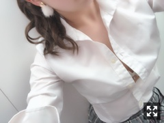 新橋いちゃキャバ・JK制服キャバクラ【ハイスクールbanana】 もえ 2/21JK制服胸元はだけ