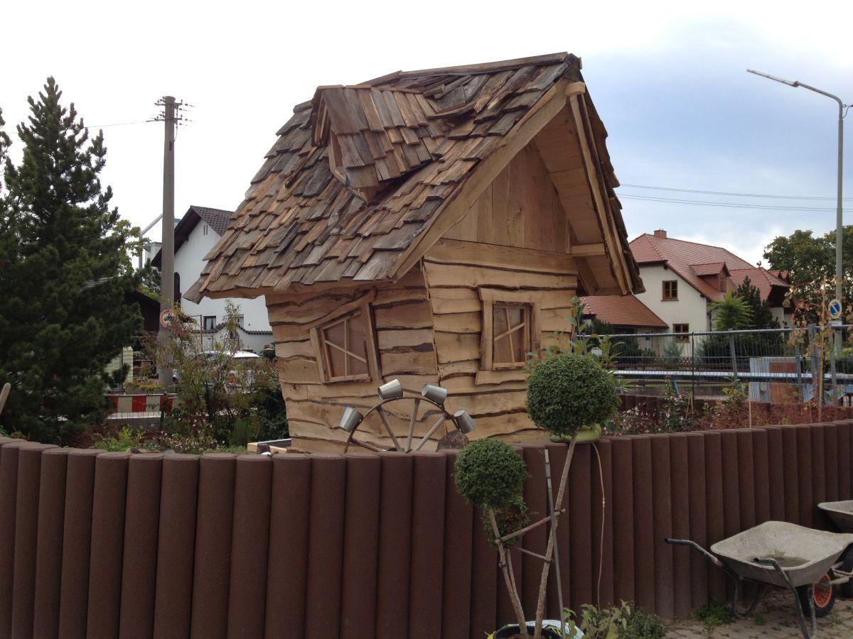 Hexenhaus auf Stelzen im Hexengarten beim Bau 3