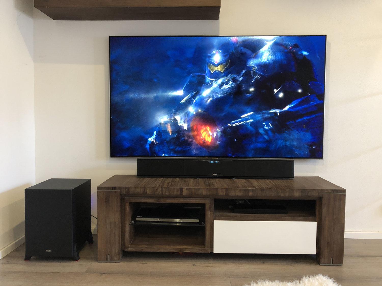 Teufel Cinebar Pro mit Subwoofer aufgebaut unter TV