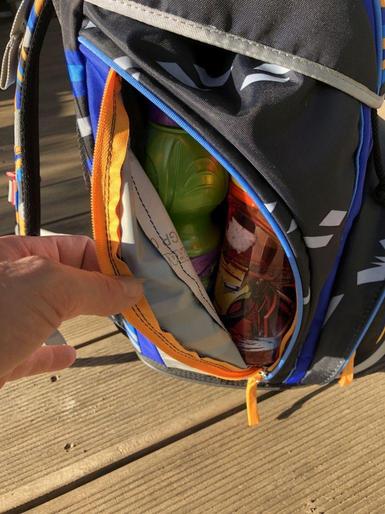 Seitentasche des SCOUT ALPHA Schulranzen mit zwei Trinkflaschen
