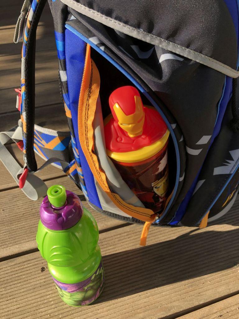 Seitentasche des SCOUT ALPHA Schulranzen mit einer Trinkflasche
