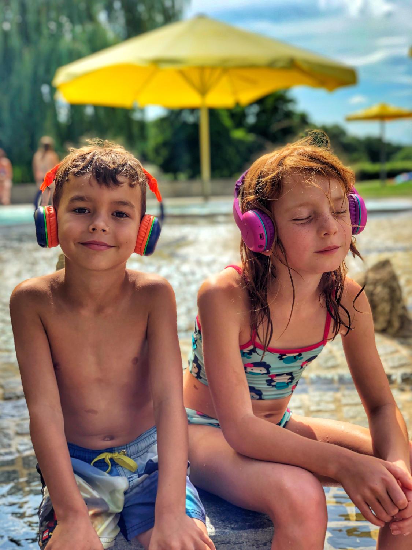 Nala und David im Schwimmbad mit ihren neuen Kopfhörern