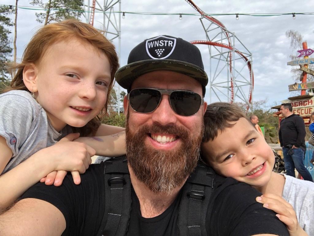 Papa mit Tochter und Sohn im Freizeitpark
