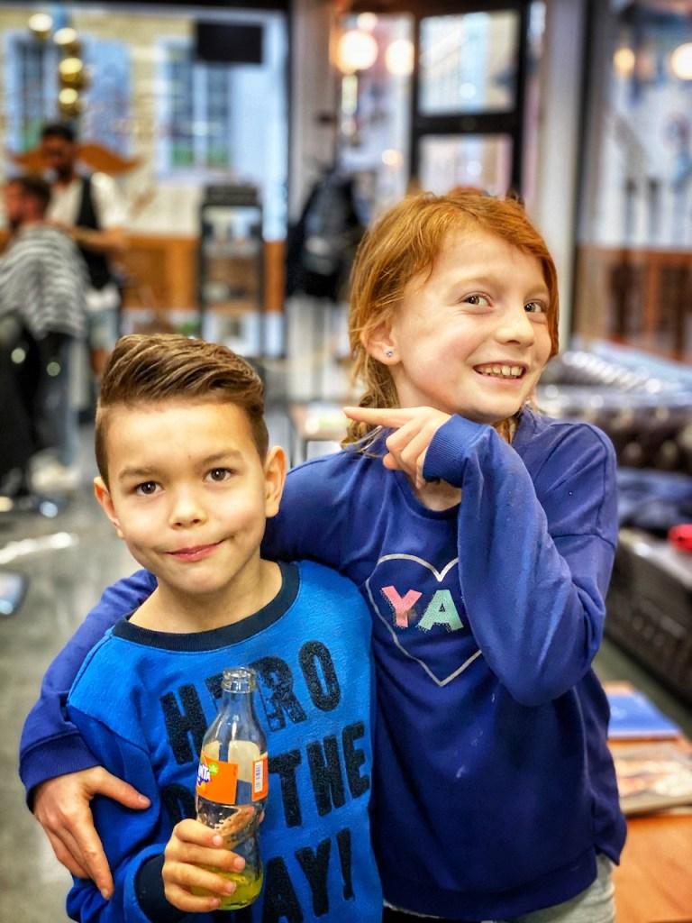 Kinder beim Friseur posing vor der Kamera