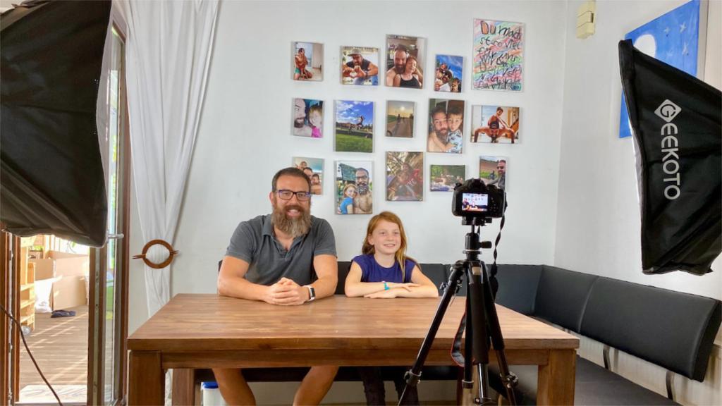 Making of Bild von Vater und Kind beim aufzeichnen eines Videos