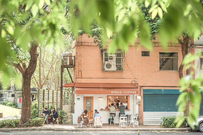 台北Wings Coffee Bar:公園角落被陽光綠蔭呵護的咖啡館,嚐阿母黑Q蛋與茶油雞飯