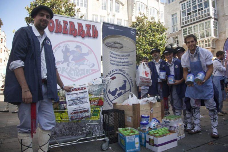 Blusas de la Cuadrilla Okerrak recogiendo comida para el Banco de Alimentos durante las fiestas de La Blanca 2015