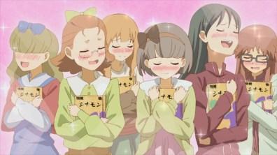 Em baixo: leitoras do Shinamon, em êxtase.