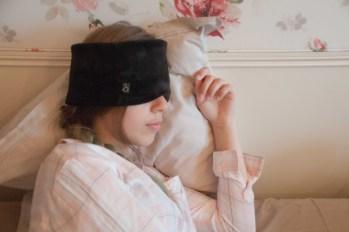 """Banderella Schlafmaske """"Traumschal"""" - fast so weich wie echter Nerz, leicht und elegant, verdeckt die Augen und wärmt Stirn und Kiefer. Gut gegen Augenfalten und Stirnfalten."""