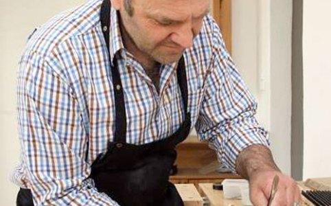 Georg Leugner-Gradl von der Firma Steinlinger-Balginstrumente in seiner Werkstatt