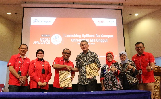 (kiri ke kanan) Vice President Sales and Marketing Area Jabotabek Jabar Telkomsel,Agus Mulyadi, Vice President Business Support Area Jabotabek Jabar Telkomsel, Medda H Suharno dan Rektor Universitas Esa Unggul,  Dr. Ir. Arief Kusuma, MBA launching Esa Unggul Mobile Aplication di Universitas Esa Unggul (8/8).