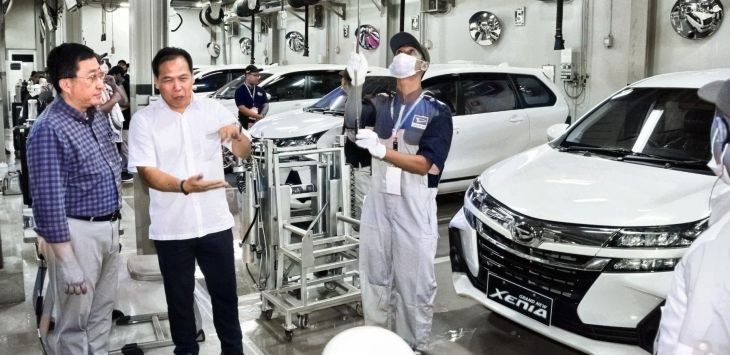 Chief Executive PT Astra International Tbk-Daihatsu Sales Operation Supranoto (kiri) didampingi After Sales Service Division Head PT Astra International-Daihatsu Sales Operation Lili Herman melihat peserta Daihatsu Technical Sill Contest, di Sunter, Jakarta, Selasa (11/2/2020).