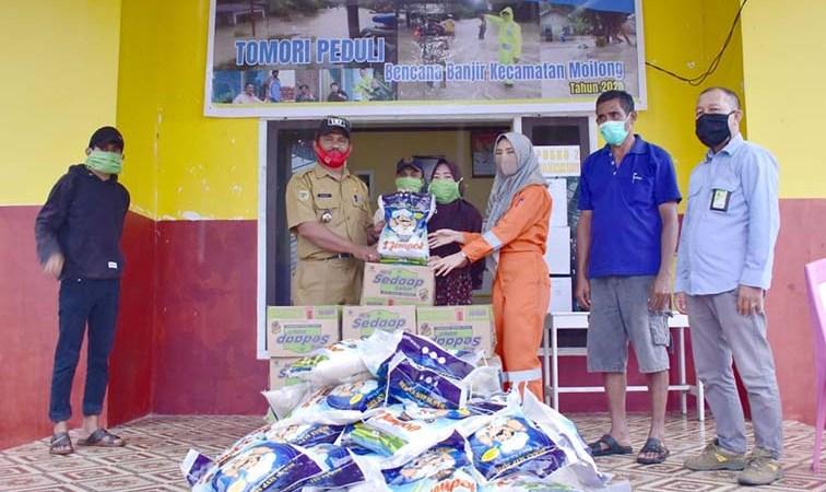 Peduli Bencana Banjir Kecamatan Moilong, JOB Tomori Salurkan Bantuan Beras dan Mie Instan