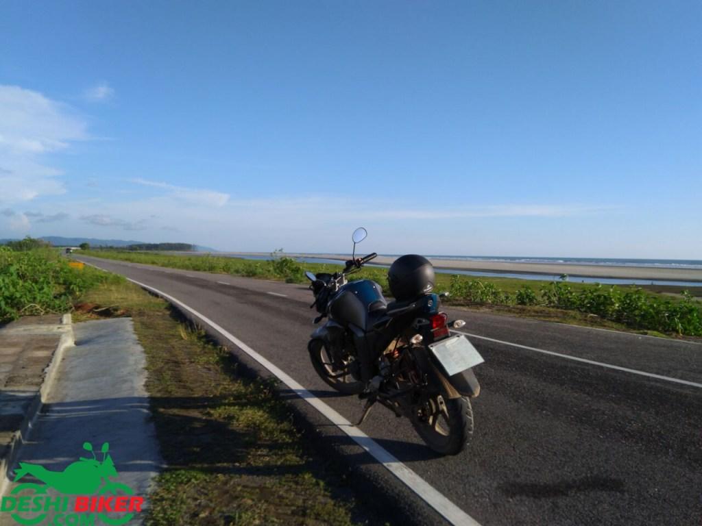 Yamaha FZs at Marine Drive