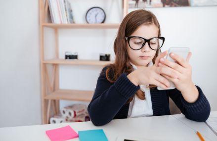 Franța interzice folosirea telefoanelor mobile la școală pentru elevii de sub 15 ani