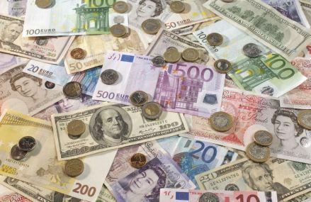 Euro este în scădere după ce protestele de Franța au un impact negativ asupra economiei țării
