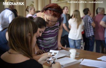Cozi la facultăţile de medicină în ţară: mulţi candidaţi vor să plece în străinătate