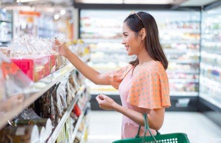 Schimbarea radicală a consumului în numai o lună: de la achiziţia de produse pentru un stil de viaţă sănătos, la îmbulzeala pentru provizii, shopping online şi până la o nouă normalitate