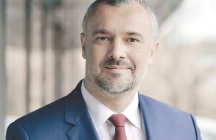 Românii sunt tot mai confuzi în privinţa amânării ratelor la credite. Legea iniţiată de PSD, care concurează ordonanţa guvernului de amânare a ratelor bancare, a fost aprobată de parlament şi merge la promulgare. Care prevederi vor fi aplicate?