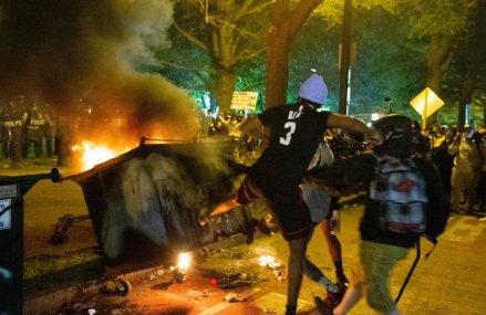 Revoltă fără precedent în America: Uciderea de către poliţie a unui bărbat de culoare a scos demonii la suprafaţă. Mai multe state sunt în alertă, gărzile naţionale sunt pregătite pentru intervenţie. Au fost impuse restricţii de circulaţie în zeci de oraşe. LIVE TEXT