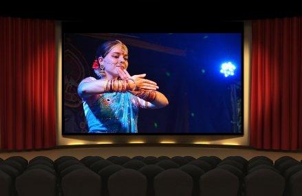 Bollywood-ul reîncepe filmările, dar fără nunți, lupte și îmbrățișări, elementele sale emblematice. Noile reguli