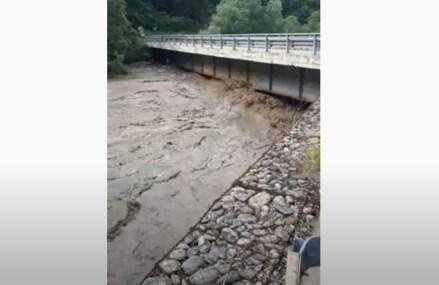 VIDEO Circulația rutieră pe Defileul Jiului – închisă. Apa generată de o viitură puternică a ajuns pe drumul național