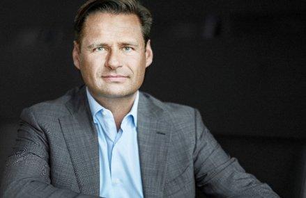 Business Magazin: Un schelet real al unui dinozaur este talismanului băncii daneze Saxo Bank. Kim Fournais, CEO: Mesajul este că dacă nu te adaptezi o să dispari. Succesul în afaceri ţine de modul cum se navighează prin criză, nu atunci când lucrurile sunt liniştite