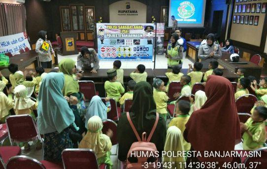 Canda Dan Tawa Sambut Kedatangan Puluhan Anak - Anak TK ke Mako Polresta Banjarmsin
