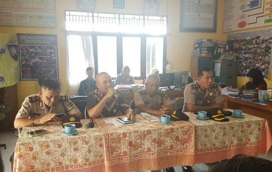 Polresta Banjarmasin : Cegah Dan Tangkal Gangguan Kamtibmas, Kasat Binmas Ikuti Rakor Di Kantor KelurahanKelayan Tengah