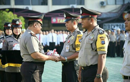 Kapolda Kalsel Umrahkan Pencipta Motal Aipda M. Anang. Rofik