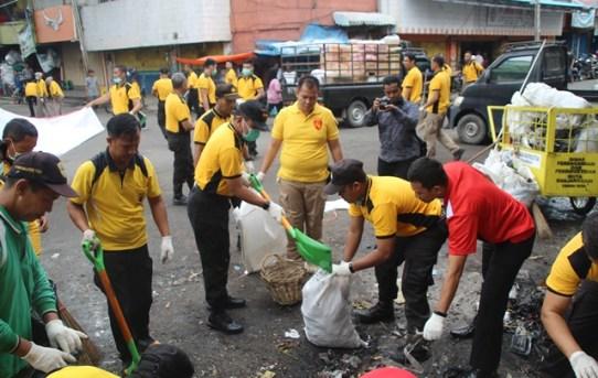 Semangat Kebersamaan Kapolresta Banjarmasin Dalam Melakukan Aksi Pungut Sampah