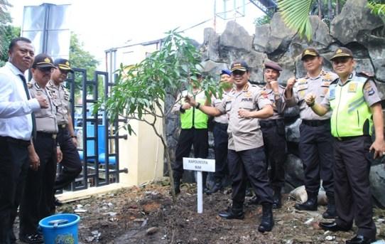 Wujudkan Lingkungan Yang Asri di Mako, Kapolresta Banjarmasin Tanam Pohon