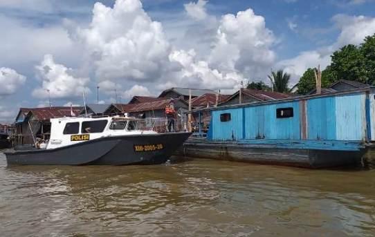 Satuan Polair Polresta Banjarmasin melaksanakan penyemprotan cairan disinfektan