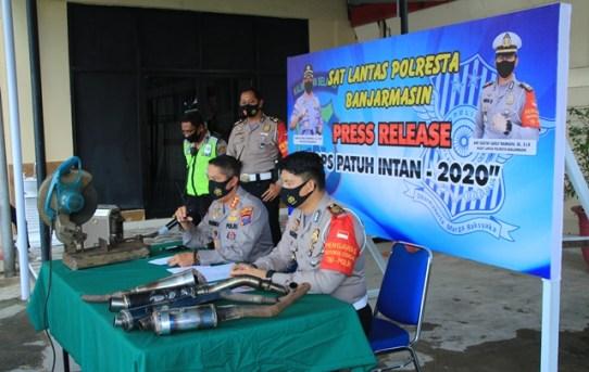 Press Release Operasi Patuh Intan 2020, Polresta Banjarmasin Musnahkan 56 Knalpot Brong Milik Pelanggar