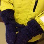 スキーウエアを着用してから手袋をはめて、手首の長い部分をウエアの上にかぶせますと、雪の進入を防げます。